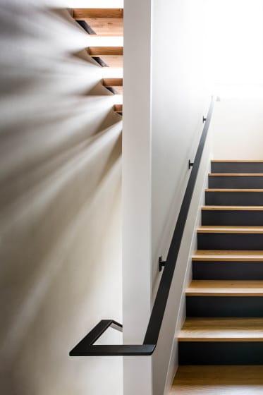 Diseño de escaleras divididas por una pared
