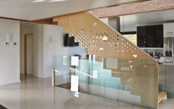 Diseño de moderna escalera de madera con perforaciones