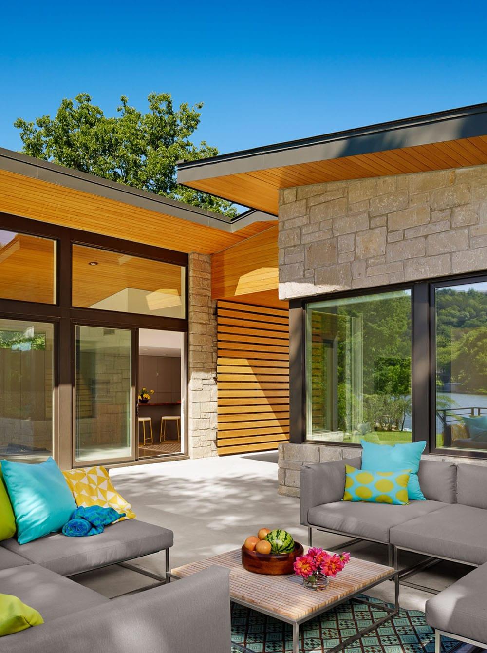 diseo de terraza con paredes de piedra y madera de pino amarillo