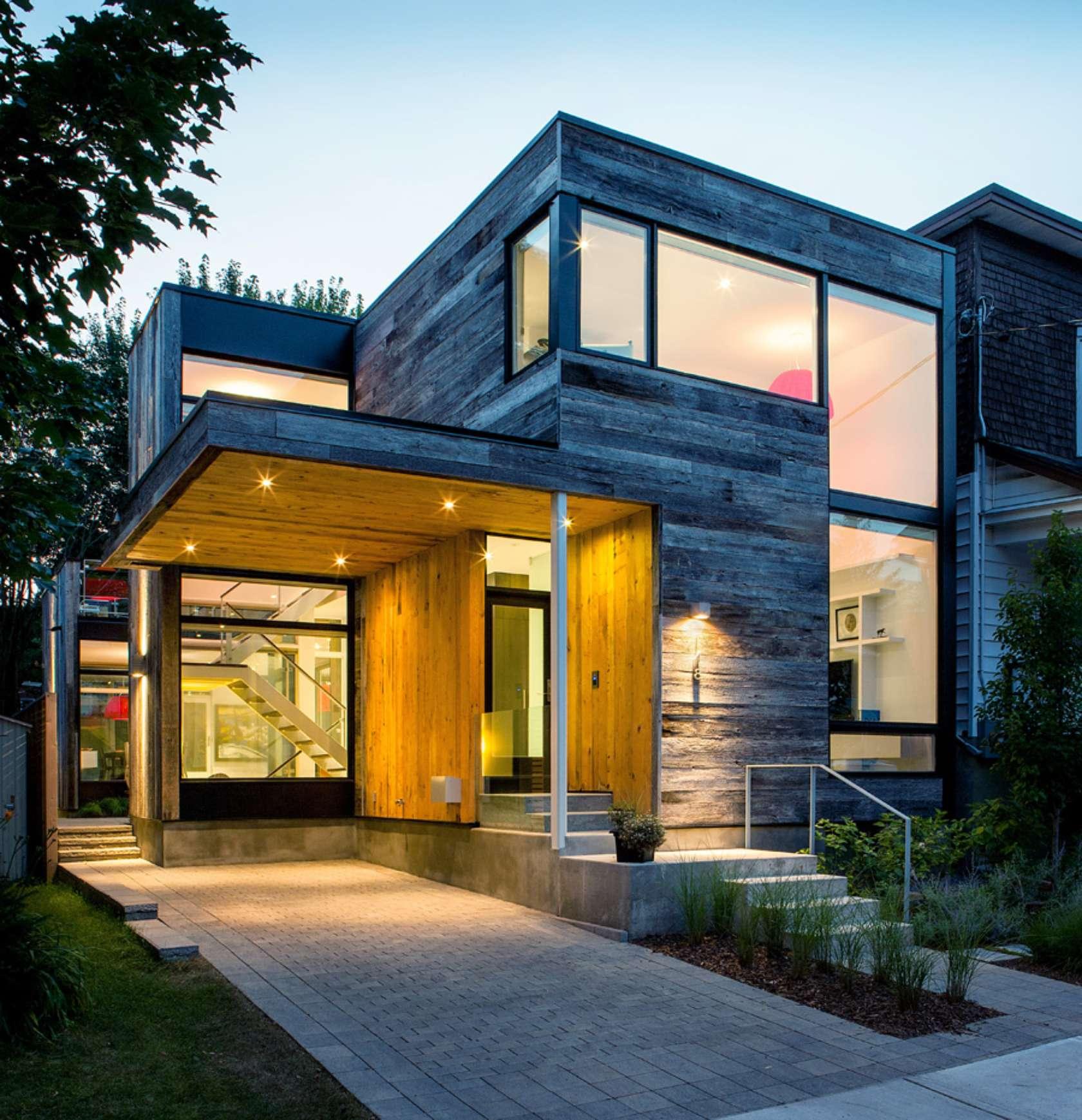 fachada de casa de dos plantas de madera