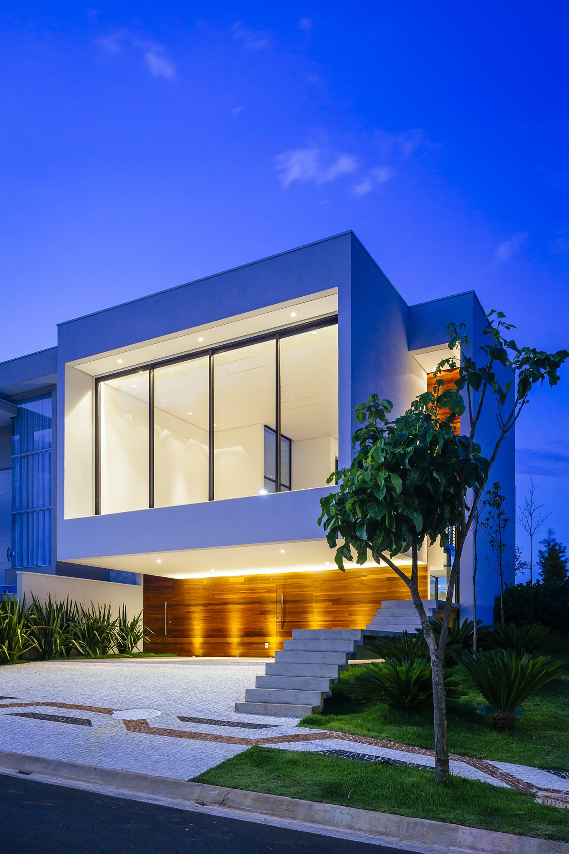 Dise o de moderna casa de dos pisos con fachada y planos for Fachadas pisos modernas