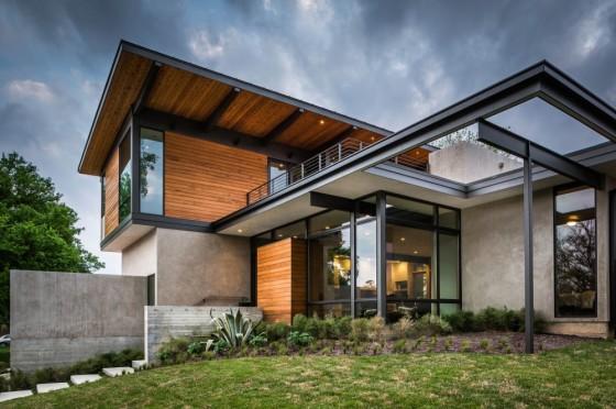Fachada de madera de casa de dos pisos