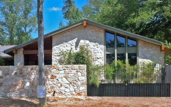 Fachada de piedra casa rural con techo a dos aguas