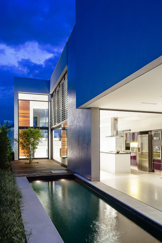 Dise o de moderna casa de dos pisos con fachada y planos - Jardines interiores en casas modernas ...