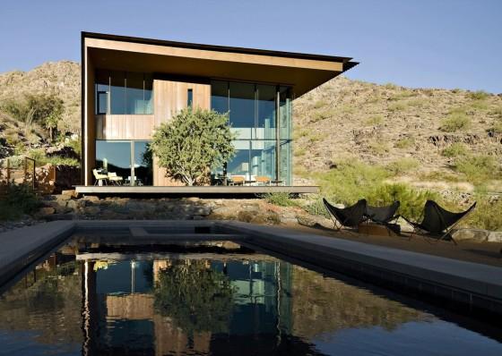 Fachada moderna de casa de dos pisos con piscina en exteriores