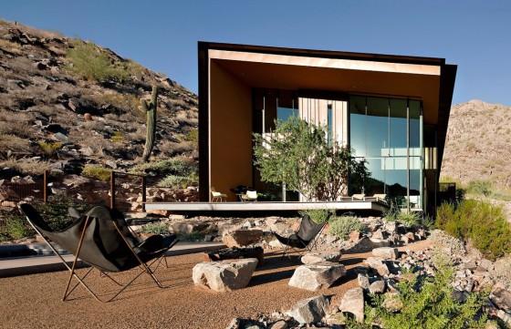 Fachada moderna de casa de dos pisos con grandes ventanas