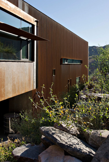 Pared lateral de casa moderna de color marrón