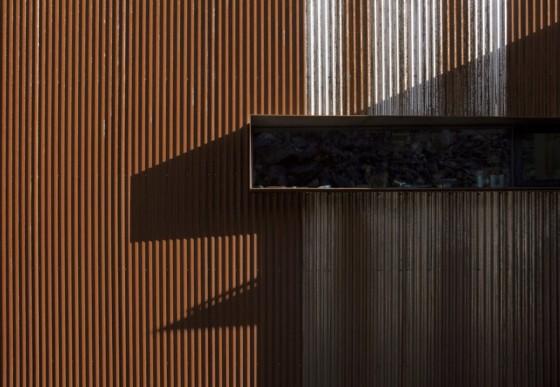 Pared lateral color marrón de moderna casa