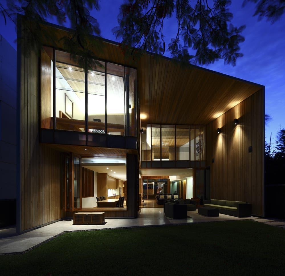 iluminacin de fachada de casa de dos plantas