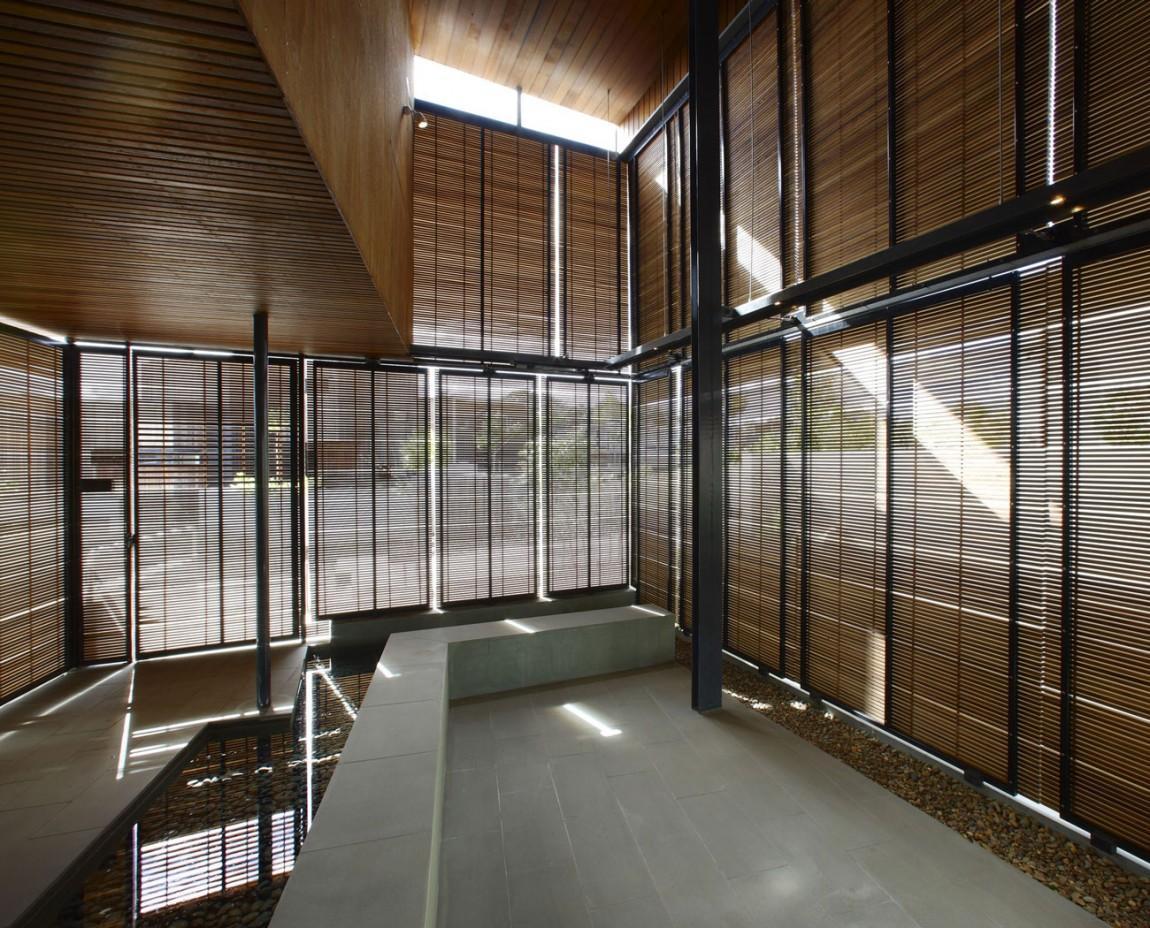 Dise o de casa moderna de dos plantas fachada e for Persianas para balcones