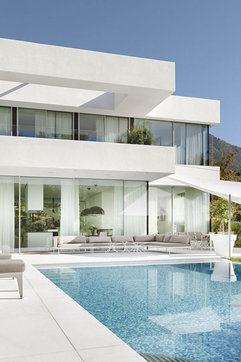 Moderna casa de dos pisos con piscina construye hogar for Casas modernas con piscina