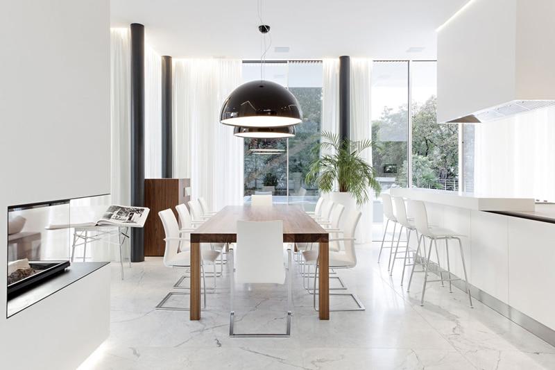 Chambre Couleur Bleu Et Marron : Diseño del moderno comedor que recibe abundante luz natural a través