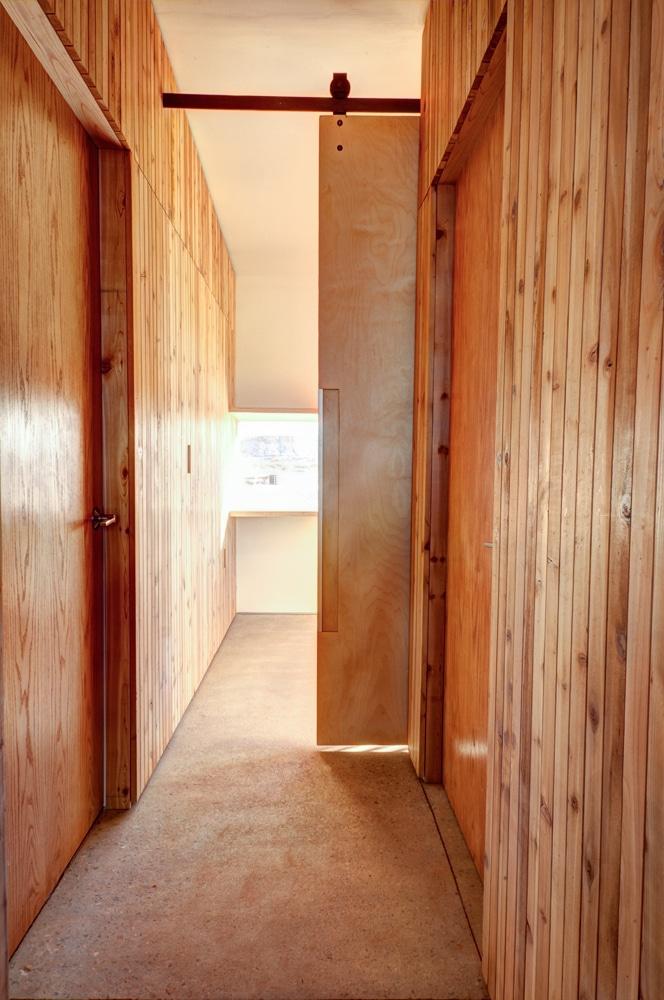 Plano de casa peque a con moderna fachada m s interiores - Paredes en madera ...
