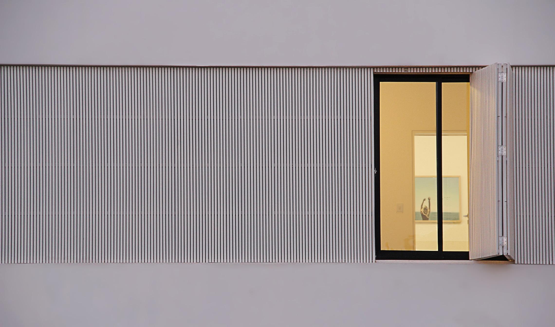 Sencilla casa de dos pisos con planos y dise o de for Ventanas con persianas incorporadas