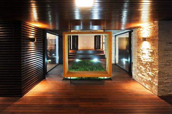 Fachada interior de madera y piedra