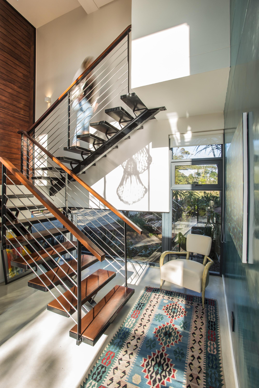 Casa moderna de dos pisos con planos construye hogar for Diseno de escaleras