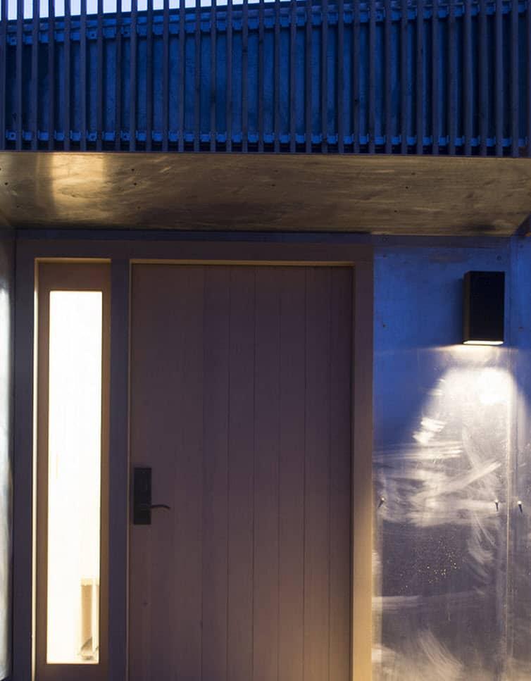 Plano de casa peque a con moderna fachada m s interiores for Puertas de ingreso principal modernas