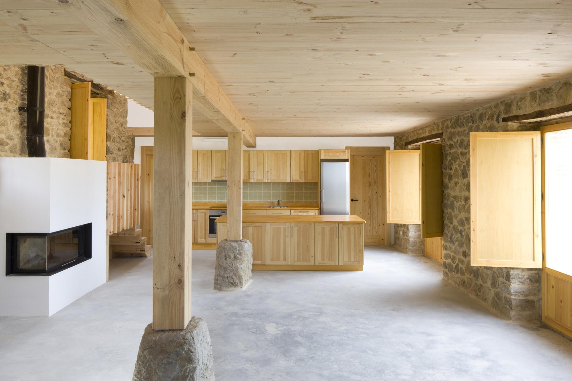 decoracion de interiores madera rustica:Diseño de interiores de casa de piedra y madera