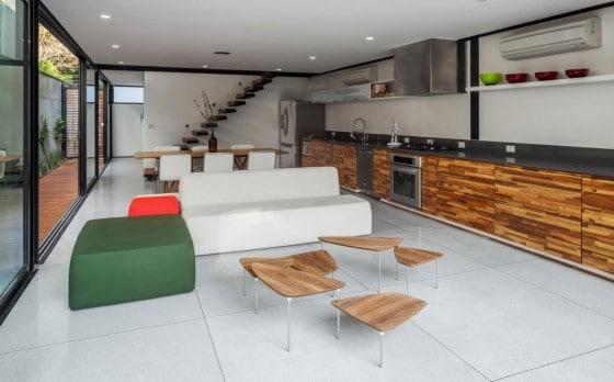 Diseño de interiores de sala y cocina angosta
