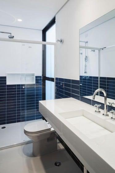 Diseño de moderno cuarto de baño con sanitarios blancos