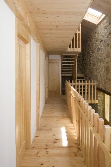Diseño de pasadizo y pasamano de varillas de madera