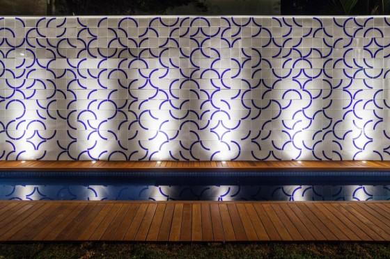 Diseño de pared iluminada de piscina pequeña
