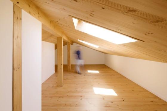 Diseño de ático de madera  con claraboyas