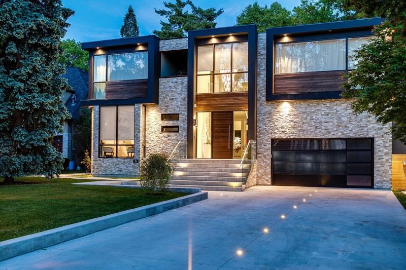 Fachada de casa de dos pisos de piedra y madera for Fachada casa 2 pisos