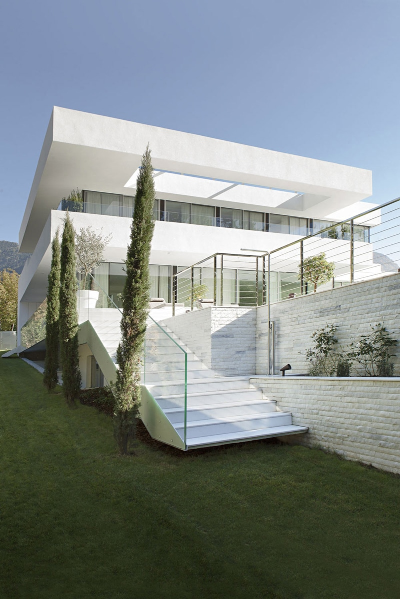 Moderna casa de dos pisos con piscina construye hogar for White design homes