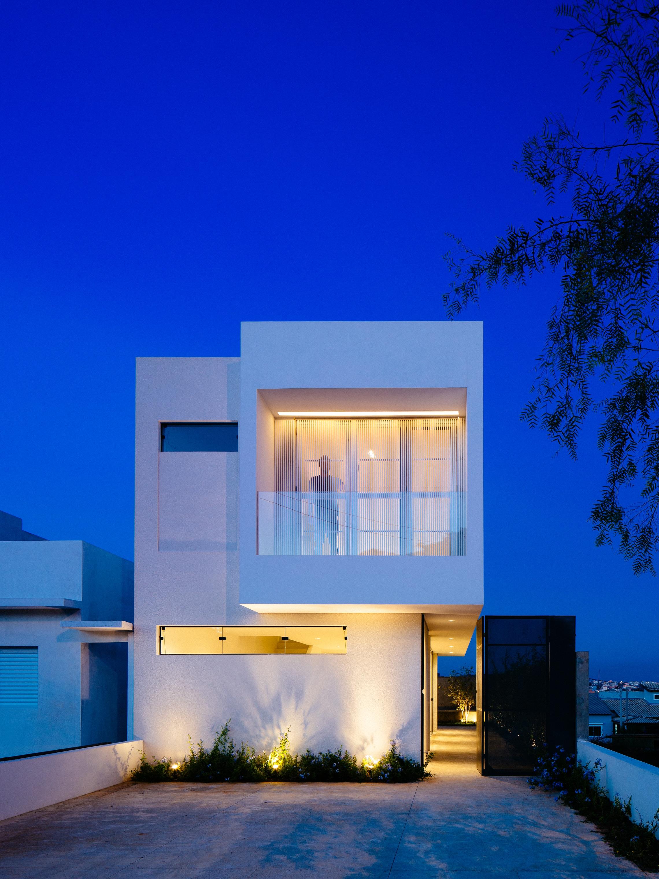 Sencilla casa de dos pisos con planos y dise o de for Casa tipo minimalista