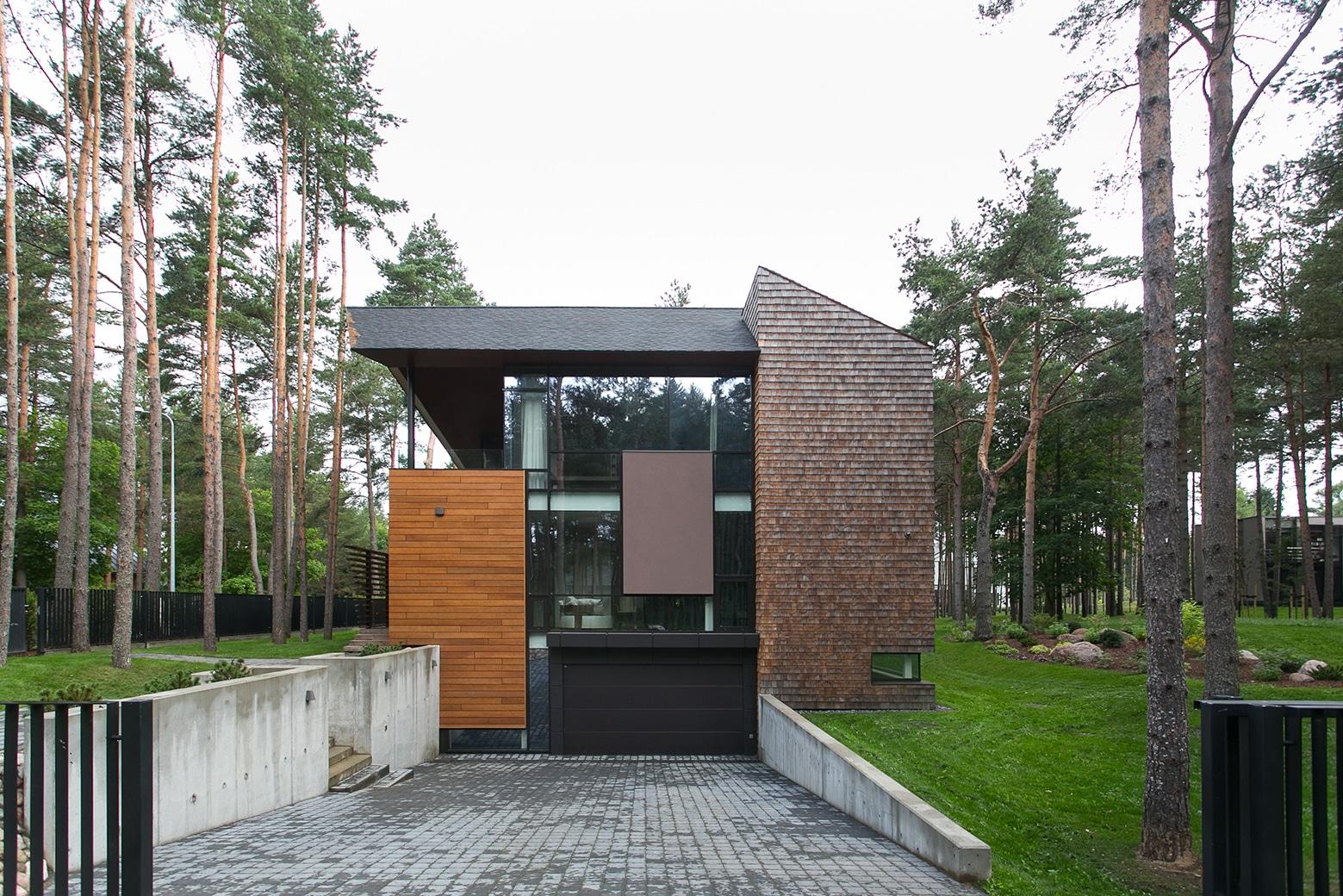 Fachada de residencia minimalista con aplicaciones de for Fachadas de casas de campo