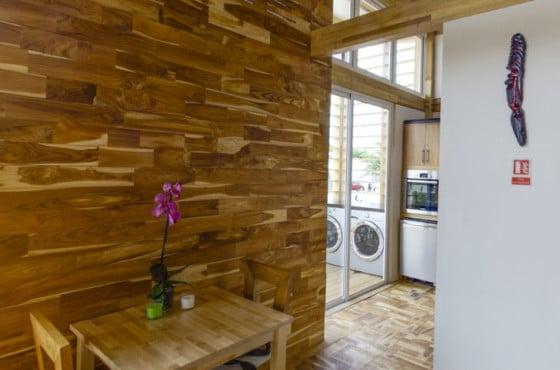 Dise o de casa peque a de madera autosustentable - Paredes interiores de madera ...