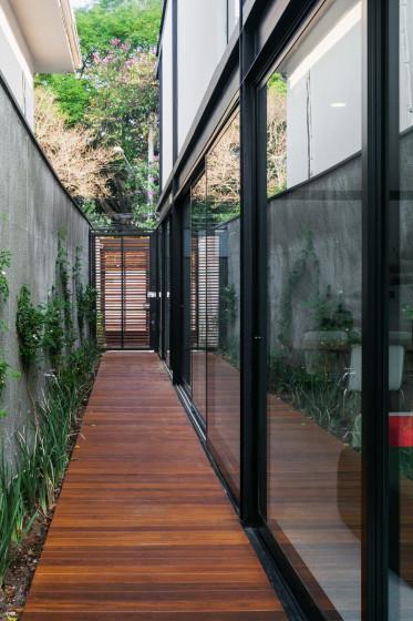 Pasadizo de casa larga y angosta con piso de madera