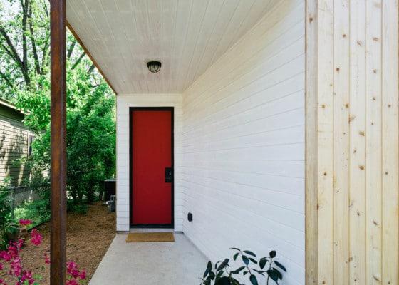 Puerta posterior de color rojo