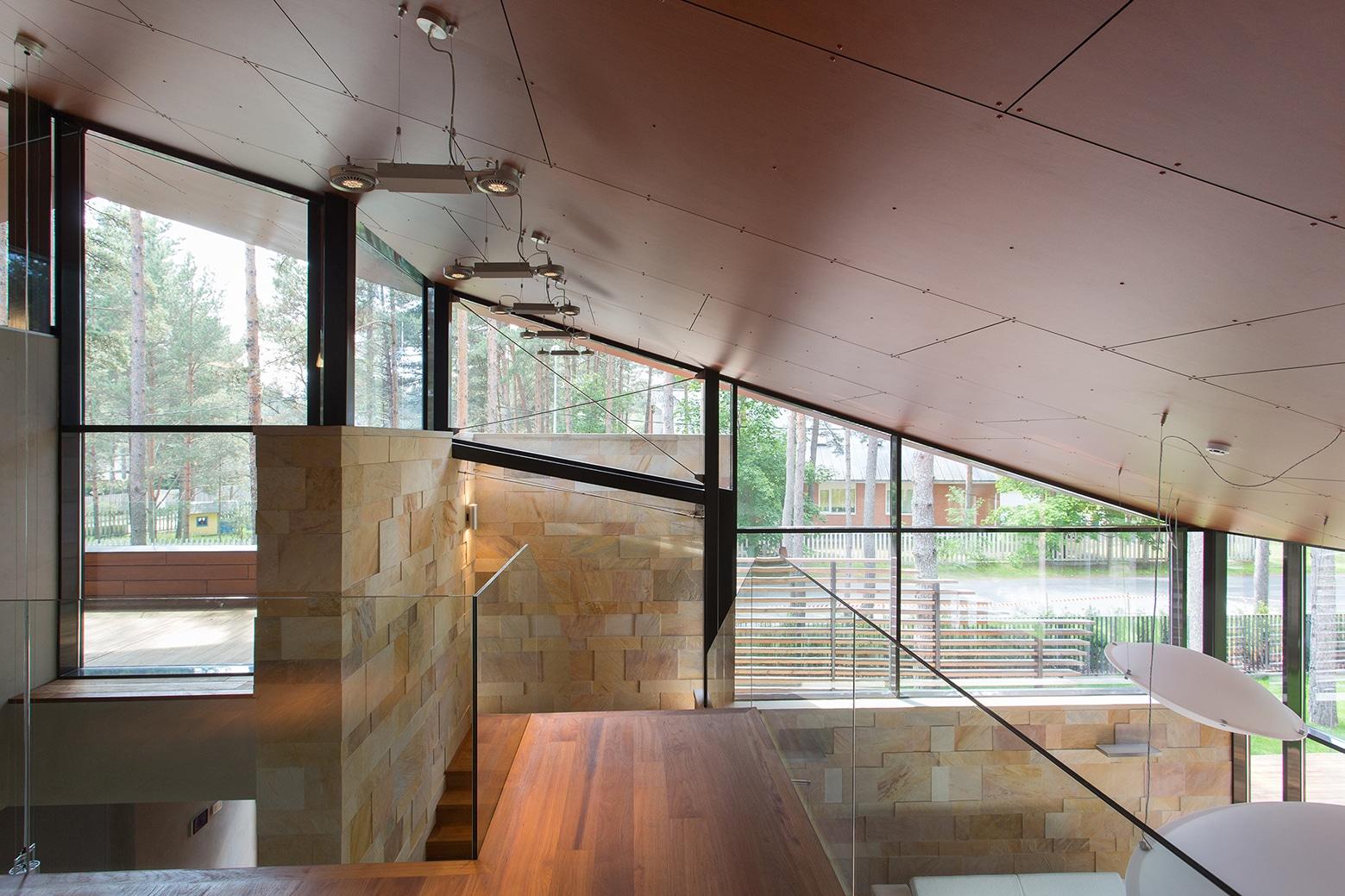 Casa de campo con planos dise o de fachada e interiores for Casas modernas techos inclinados