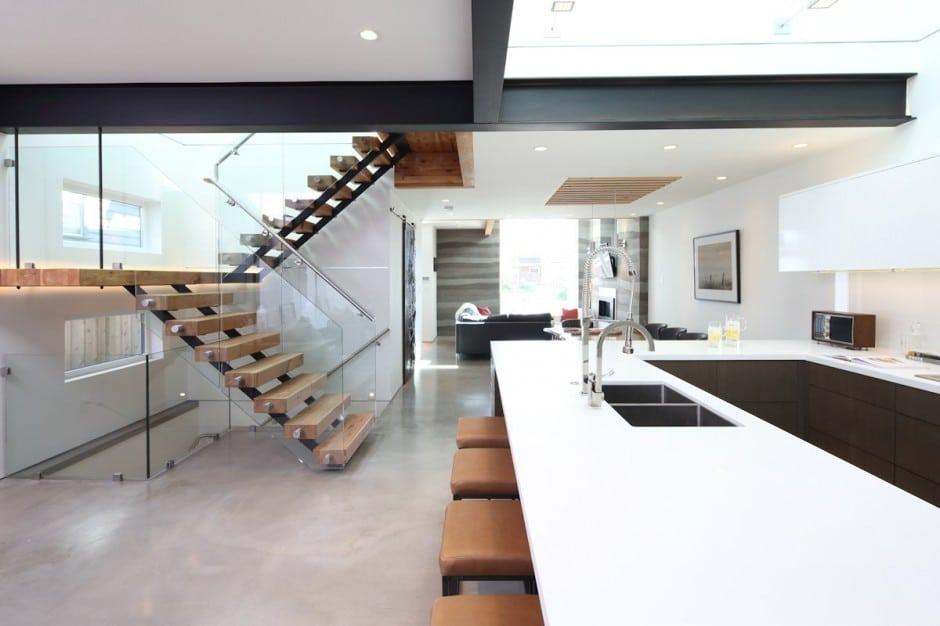 escalera y mueble de cocina