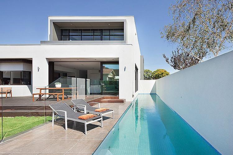 Dise o de casa moderna en esquina fachada e interiores for Casas con piscina interior fotos