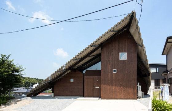 Diseño de casa con techos a dos aguas grande