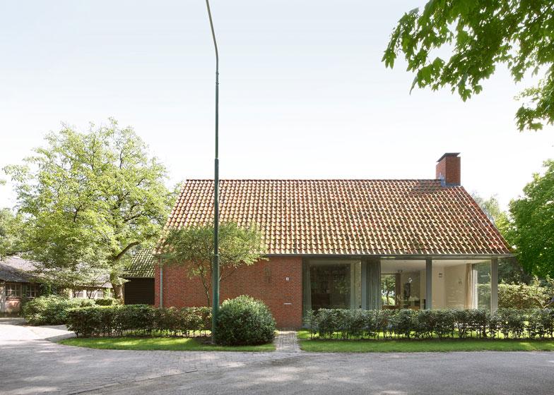 fachada de casa de campo con ladrillo caravista y tejado