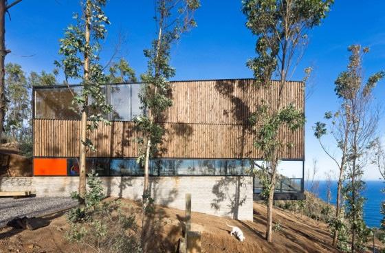 Diseño de casa de dos pisos de madera y vidrio