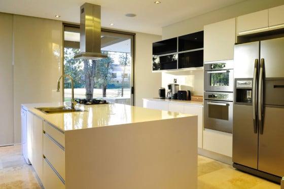 Diseño de cocina moderna blanco y gris