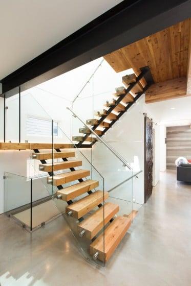 Diseño de escalera moderna con peldaños de madera