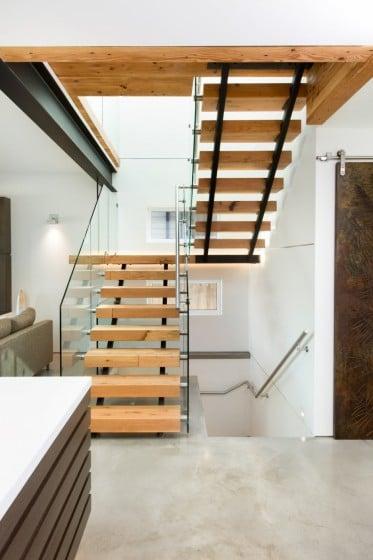Diseño de escaleras modernas con pasamanos de vidrio laminado