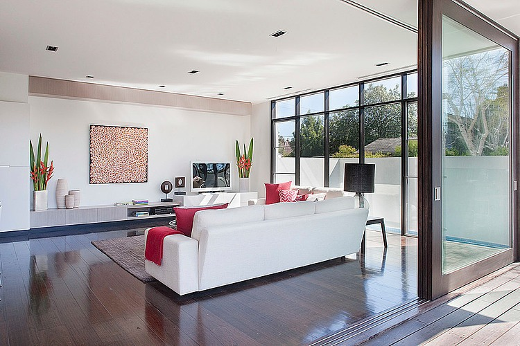 Dise o de casa moderna en esquina fachada e interiores for Modelos de mamparas para duchas