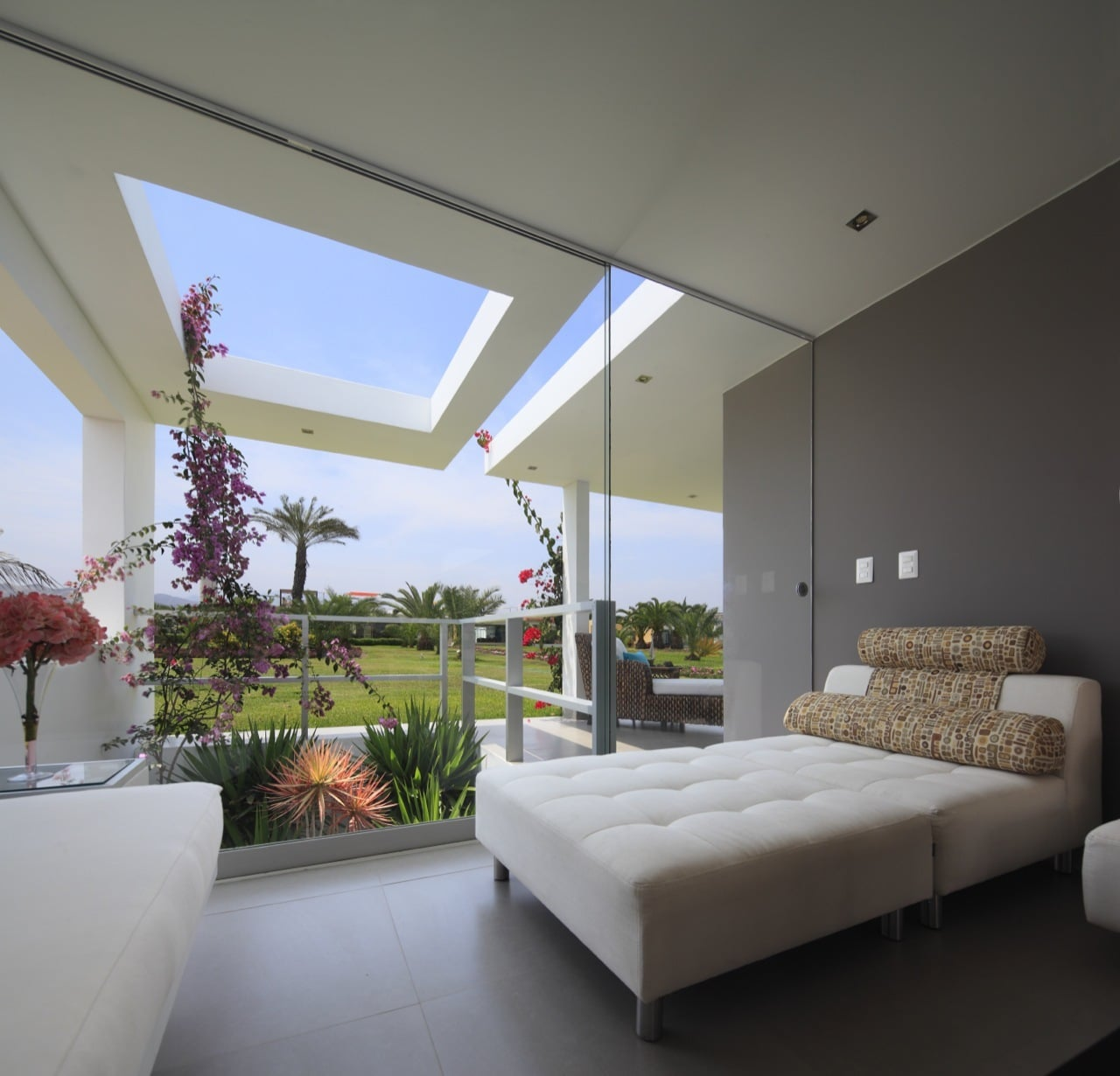 Dise o de casa de una planta con s tano y terraza piscina for Diseno terrazas modernas