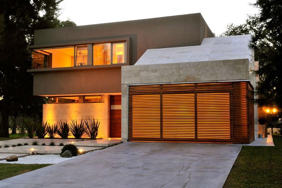 Fachada de moderna casa de dos plantas construye hogar for Fachadas de casas pequenas modernas de dos plantas