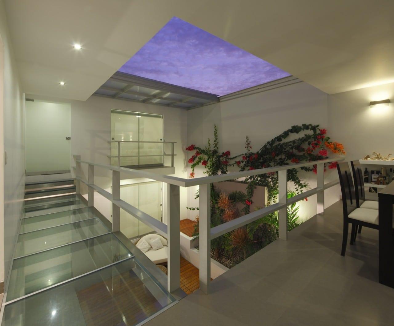 Dise o de casa de una planta con s tano y terraza piscina - Jardin de interior ...