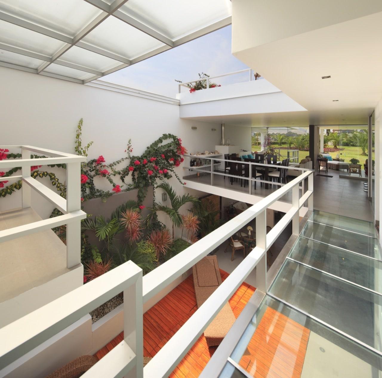 pasadizo de casa con piso de vidrio