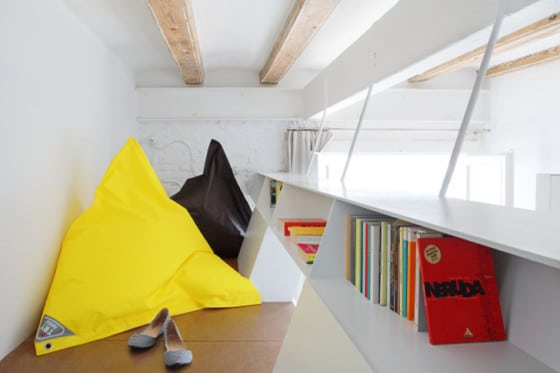Vista de camarote de cama de apartamento pequeño