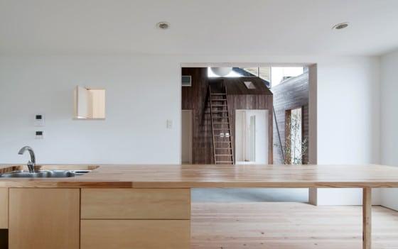 Vista de cocina con isla de madera